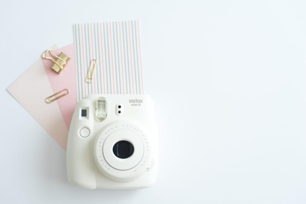 Bureaublad-met-witte-camera-1024x684