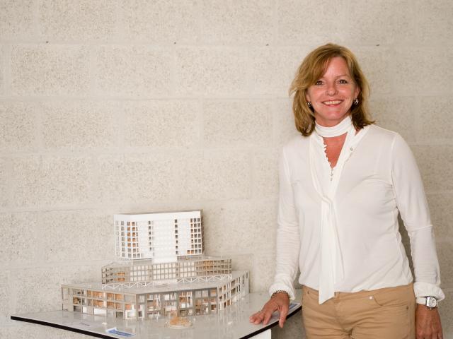 Angela Martens bij rechtbank gebouw